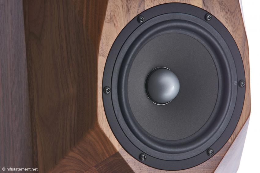 Die Schallwand ist nicht größer als nötig, die Holzverarbeitung perfekt