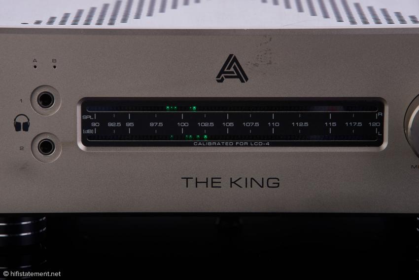 Die Anzeige gibt die Lautstärke bei Verwendung des Audeze LCD-4 an und zeigt nicht nur den Ist-, sondern auch kurzzeitig einen etwaigen vorherigen Spitzenwert an. Da harte Fotolicht enthüllt, dass unser Testexemplar schon die ein oder andere Messe hinter sich hat.