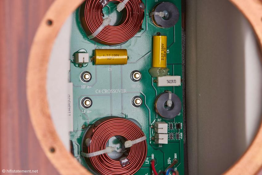 Filternetzwerk mit ausgezeichneten Bauteilen. Die Weiche der Stirling ist, in guter Tradition, alles andere als simpel oder minimalistisch