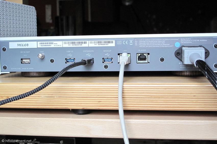 Die Ethernet Buchse zur Verbindung mit dem Router ist vorgeschrieben. Die USB-Verbindung kann auch über einen anderen USB-Anschluss erfolgen