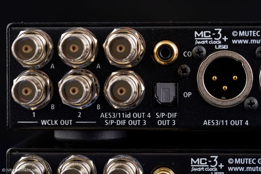 Die linke Hälfte der Rückseite mit den vier Clock- und den fünf digitalen Audioausgängen im Detail