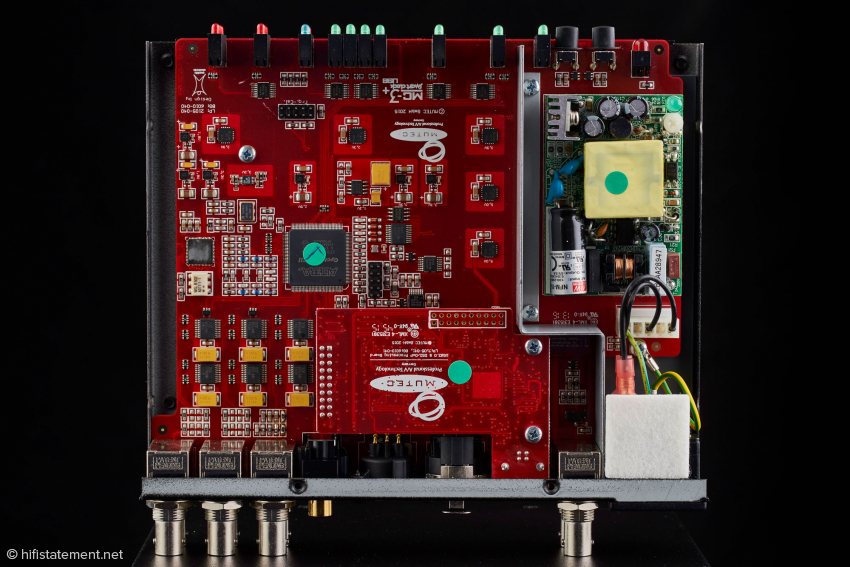Das Innenleben: rechts das Schaltnetzteil, unten in der Mitte die USB-Einheit und darunter die große Hauptplatine