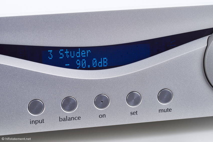 The display shows the number of the input, its name as selected by the user, and the value of the volume