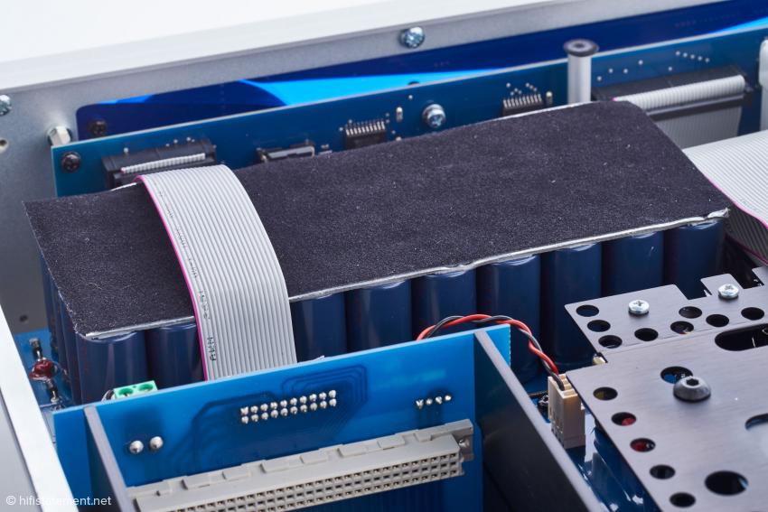 Die Siebkondensatoren sind mechanisch beruhigt. Die Platte soll auch gegen elektromagnetische Störstrahlung wirken