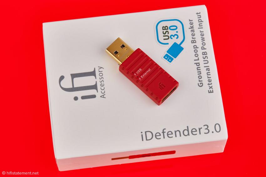 Hier wird der iDefender als Brummschleifen-Unterbrecher und mit Eingang für externe USB-Spannungen bezeichnet. Dass er in jedem Fall die Stromzuleitung vom Quellgerät – den sogannten v-bus – unterbricht, wird hingegen nicht behauptet