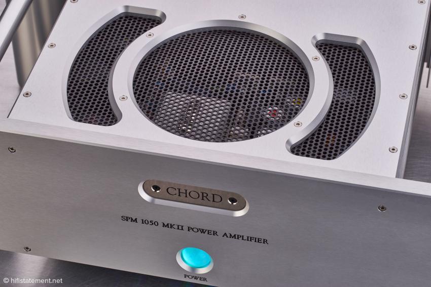 Hochwertiges Aluminium in der im Flugzeugbau verwendeten Güte mit einem neuen belüfteten Aluminiumdeckel. Die blaue LED Kugel verrät, dass die Endstufe eingeschaltet ist und die Ausgangsrelais aktiv sind