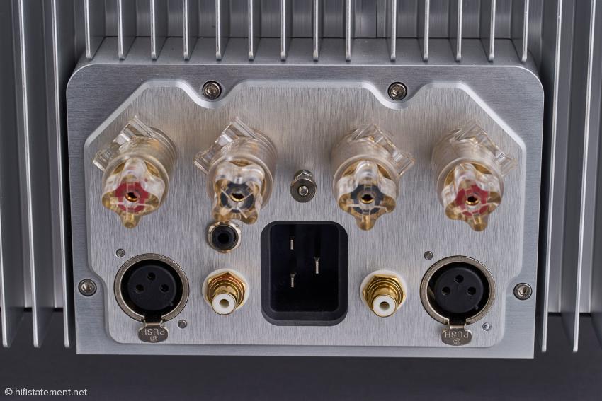 Detailansicht der Anschlüsse mit den von John Franks favorisierten symmetrischen XLR-Anschlüssen, einem neuen Zwölf-Volt-Trigger-Anschluss, RCA.Buchsen und den aus massiven Kupfer gefertigten hochwertigen Polklemmen