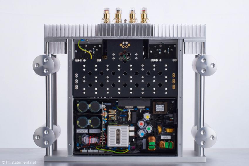 Das professionelle und extrem aufwändige Netzteil ist von oben zugänglich und vom Aufbau identisch mit dem größeren und teureren Schwestermodell SPM 1200 MKII, dessen Netzteil jedoch mit einer Netzspannung von 90 Volt arbeitet statt mit 80 Volt wie die SPM 1050 MKII