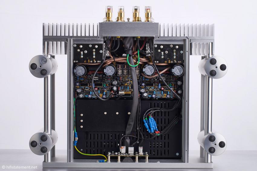 Von der Unterseite der Endstufe ist hier die Audio Schaltung zu sehen, die durch eine Stahlplatte komplett vom Netzteil abgeschirmt ist