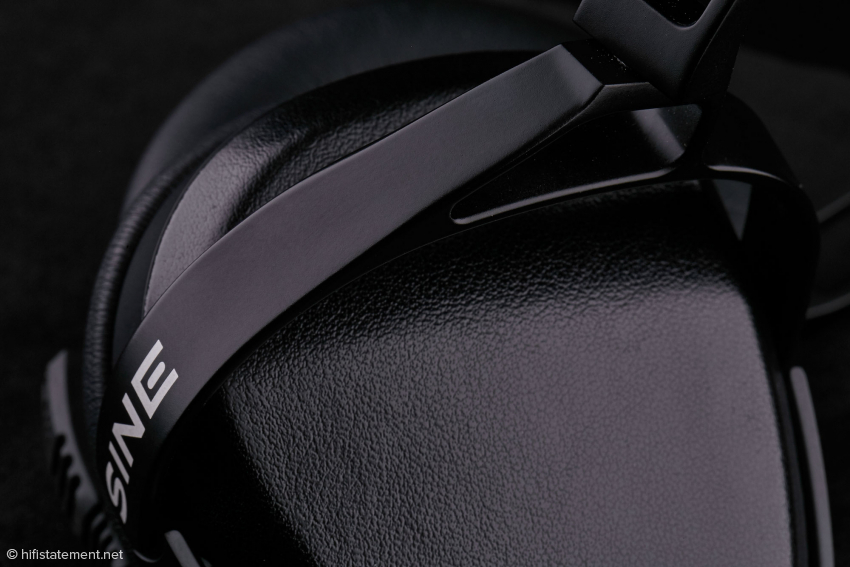 Anfassen erwünscht, schwarzes Leder überzieht große Teile des SINE