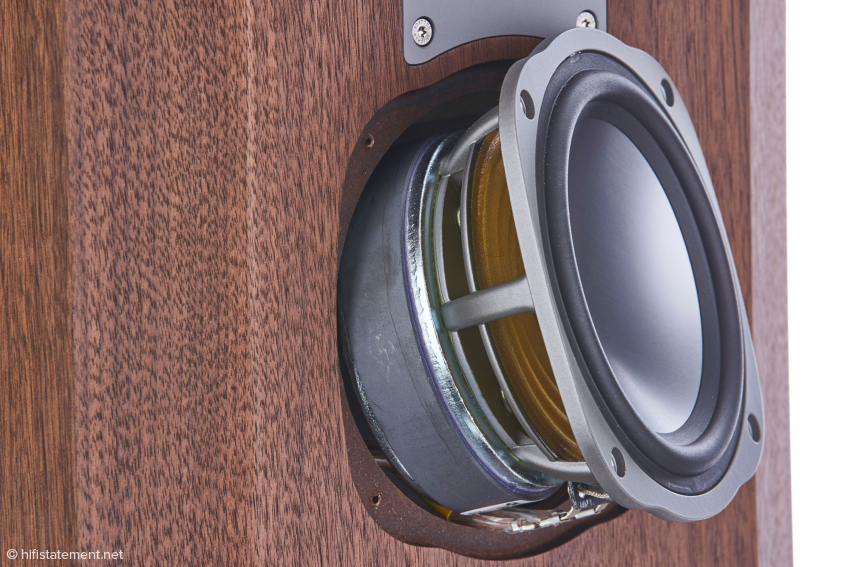 Einer der beiden 155-Millimeter-ALTIMA-Mitteltöner mit strömungsoptimierten Druckgusskorb, Zentrierspinne aus Aramidfaser und grossem Magneten
