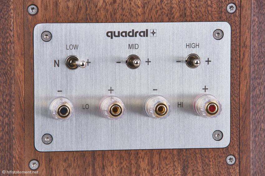 Das hochwertige Bi-Wiring-Anschlussterminal mit den drei Kippschaltern zur Beeinflussung von Bass-, Mittel- und Hochtonbereich