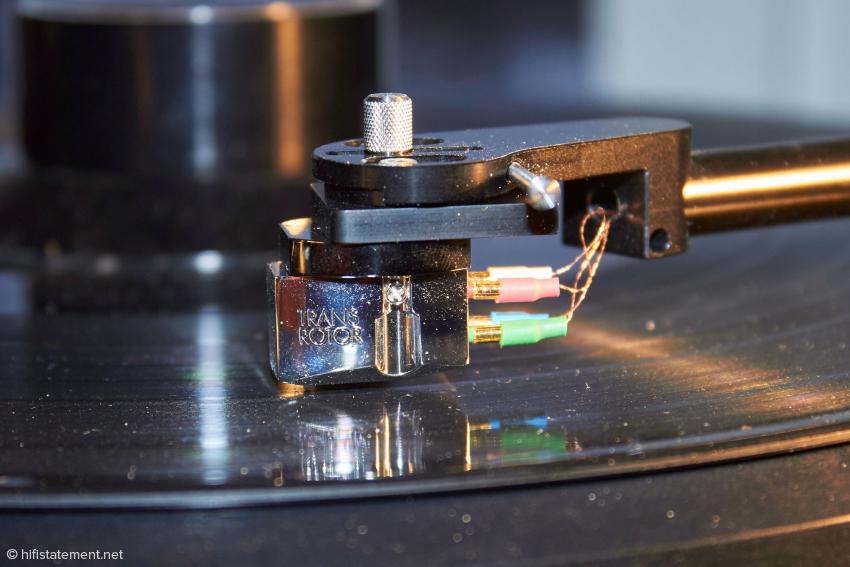 Der V8 zwischen dem Headshell und der Montageplatte des Transrotor Tamino: bei der empfohlenen Ausrichtung ist die Kontaktfläche recht gering