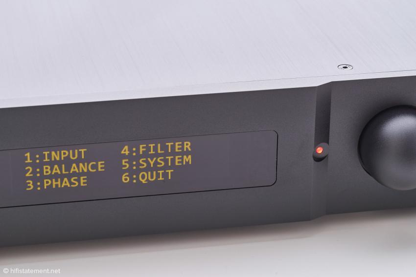 Das OLED Display ist auch auf Distanz erkennbar und in drei Helligkeitsstufen einstellbar. Dies ist die obere Ebene des übersichtlichen Menüs