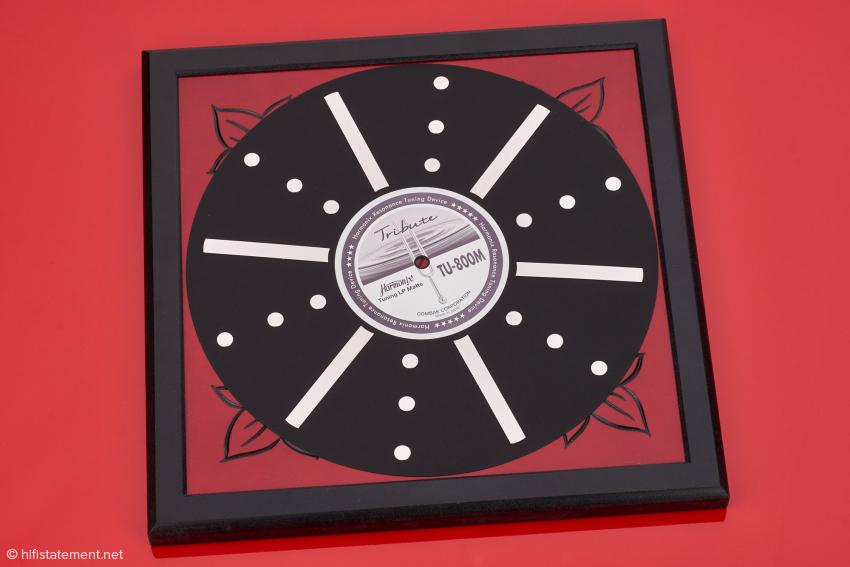 Die LP-Matte besteht aus imprägniertem Papier mit Punkten und Steifen aus poliertem Edelstahl, was aber keine Rückschlüsse auf ihre Wirkung erlaubt