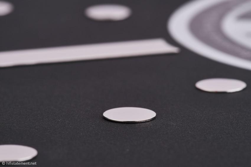Nur die Metallteile haben Kontakt zur Schallplatte, das schwarze Papier liegt auf dem Plattenteller auf