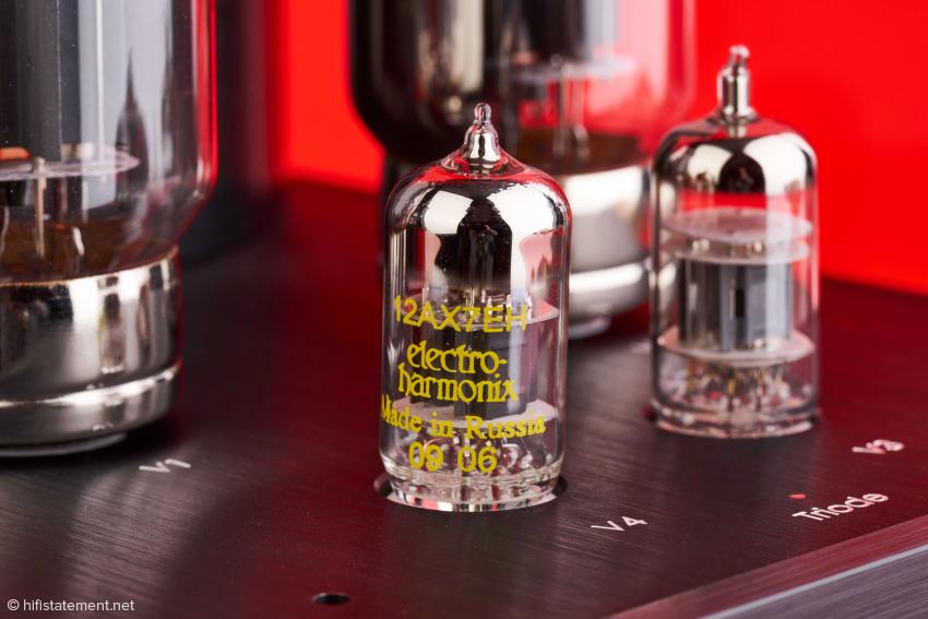 Neben der russischen 12AX7 wird eine NOS 6189 aus alten Beständen eingesetzt. Über die qualitativen Vorzüge dieser NOS Röhren braucht man nicht diskutieren.
