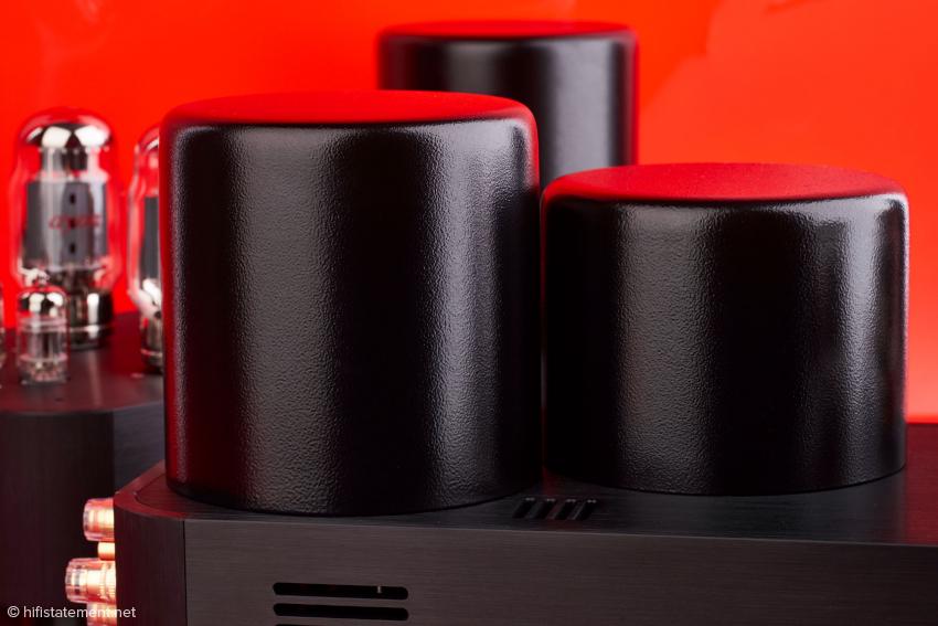 Netztrafo und Ausgangstrafo sind gekapselt und innen mit einer Dämmasse gegen unerwünschte Vibrationen versehen.