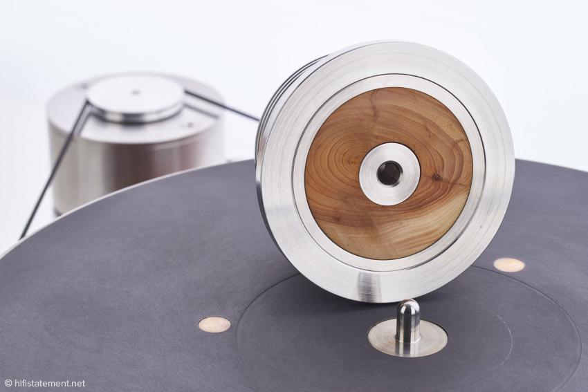 Der Plattenbeschwerer erhielt ein Inlay aus Holz