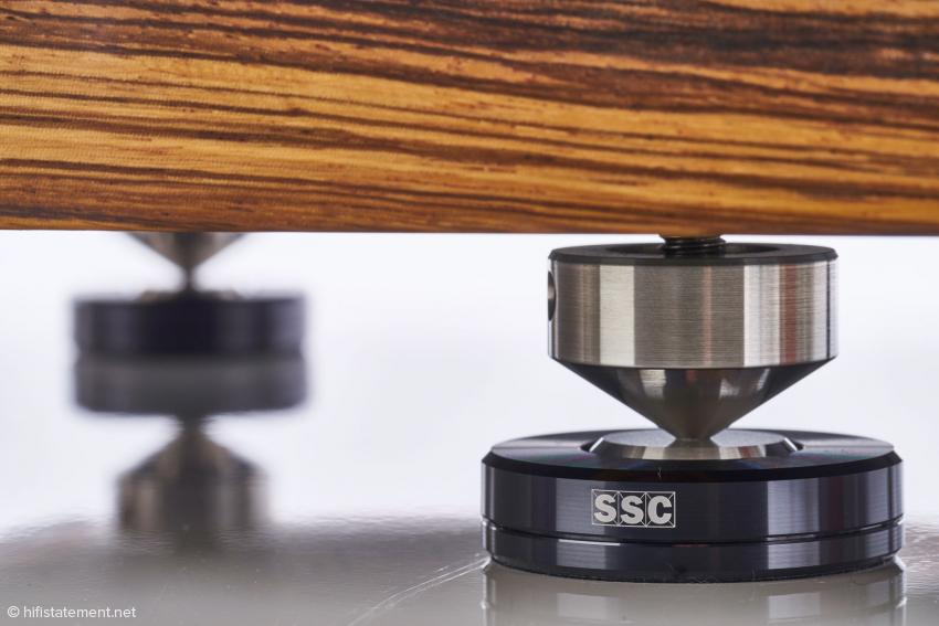 Die SSC-Basen gehören zum Lieferumfang und sollen den Klang des Cantano möglichst unabhängig von der Beschaffenheit seiner Stellfläche machen