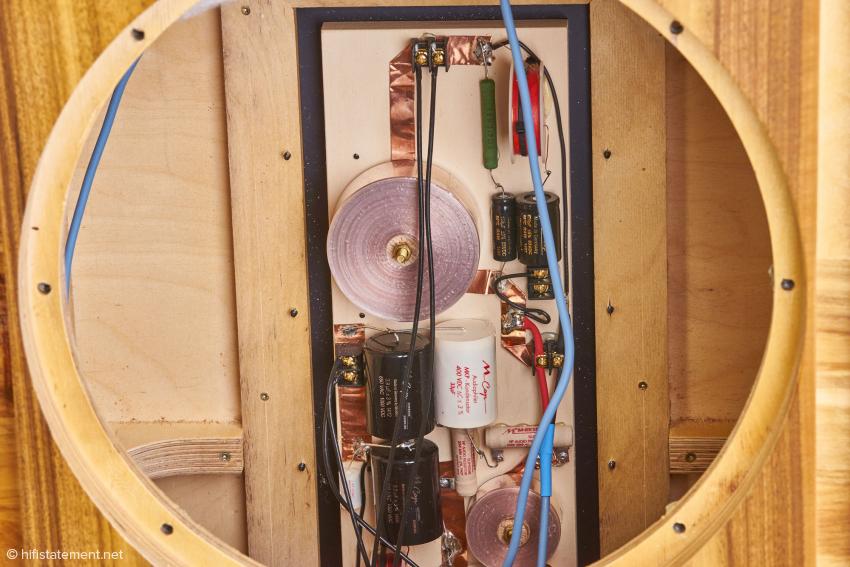 Die Frequenzweiche mit den hochwertigen Mundorf-Bauteilen ist bis auf wenige Schraubanschlüsse Punkt zu Punkt verdrahtet