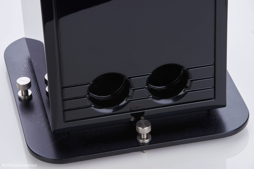 Die vier Edelstahlspikes sorgen für sicheren Stand; originell ist das Design der Bodenplatte mit diversen Notenschlüsseln. Die Bassreflexöffnungen sind unterschiedlich groß