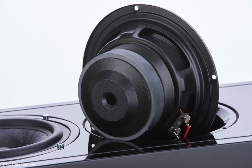 Der Tieftöner verfügt wie alle Chassis über einen Kupferring. Ein Hochleistungs-Ferrit-Magnet treibt die 25-Millimeter-Schwingspule aus Aluminium