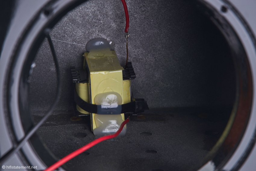 Die Spule für den Basstöner besitzt einen gekapselten Eisenkern, der hohe Leistung ohne Sättigung, sehr niedrige DCR-Werte und äusserst geringe magnetische Einstreuungen ermöglicht. Auch hier sieht man wieder die Perforierung eines weiteren Zwischenbodens