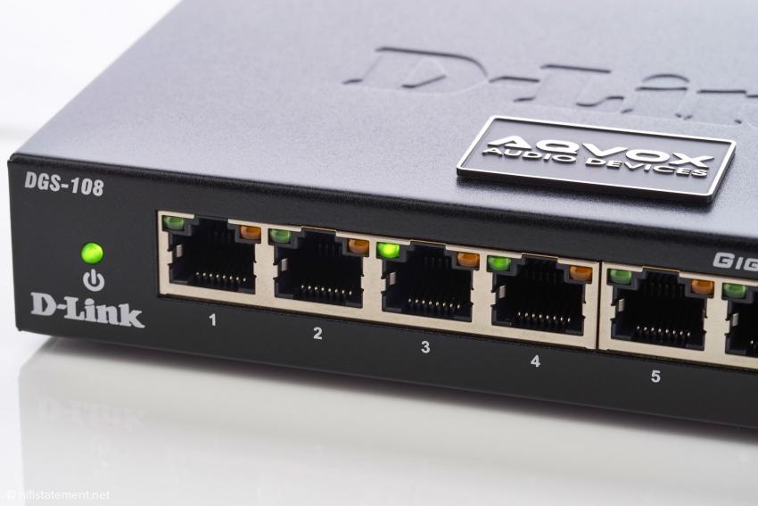 Wenn ein Port mit einem 1000Mbit/s-fähigen Gerät verbunden ist, leuchtet die grüne LED am Port, wenn der Port mit einem 10/100Mbit/s-fähigen Gerät verbunden ist leuchtet die orange LED