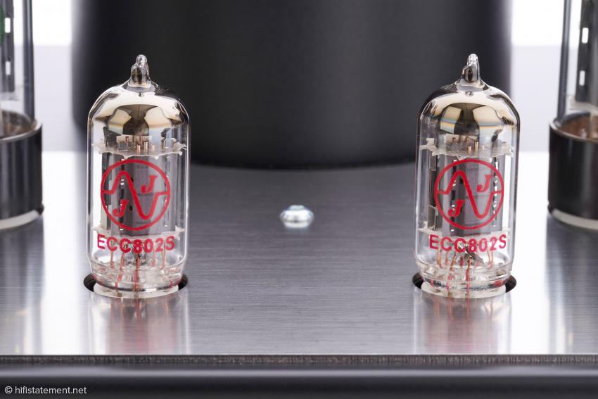 Die eingesetzten ECC802S entsprechen technisch der ECC82 oder 12AUJ, es wird ihnen als Militärröhre aber ein Vorteil bei der Systemsymmetrie und eine längere Lebensdauer nachgesagt