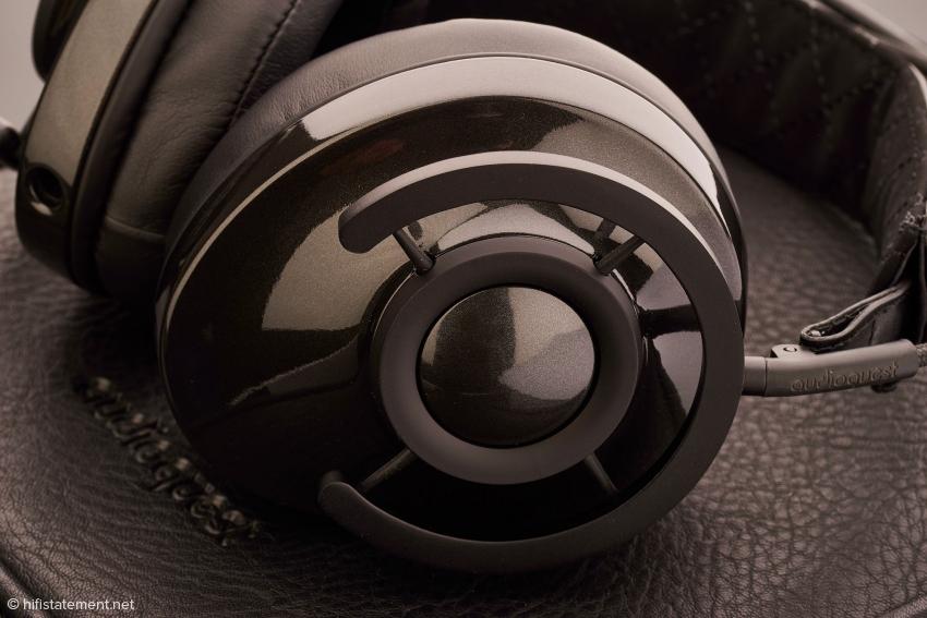 Diese von elastischen, trittschalldämmenden Halterungen für Mikrofone inspirierte Aufhängung sorgt für hohen Tragekomfort