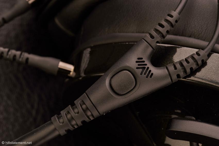 Die Taste erlaubt die Steuerung von iPod und Co, das Mikrofon macht Telefongespräche über den NightOwl möglich
