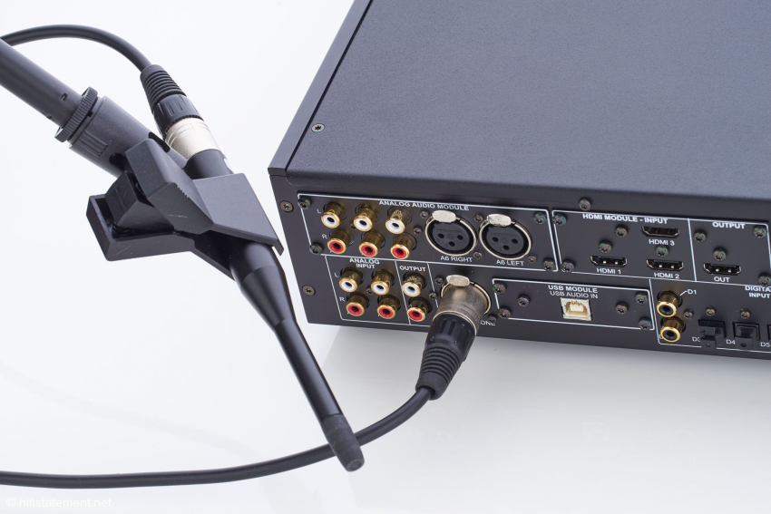 Das Mikrofon ist auf das Einmess-System kalibriert und auf dem Galgenstativ flexibel positionierbar