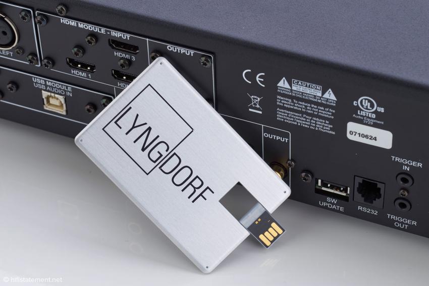 Von der Lyngdorf-Audio-Website lässt sich die aktuelle Betriebs-Software auf diesen Stick laden und der TDAI-2170 so immer auf den neuesten Stand bringen. Aktuell ist 1.31A