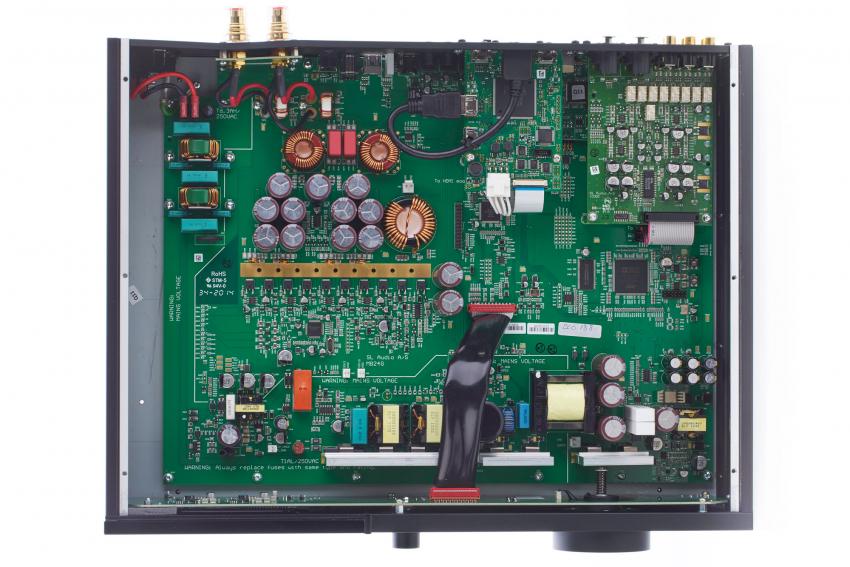 Ein geordneter Aufbau trägt sicherlich zum guten Ton bei. Im rechten oberen Viertel erkennt man links das HDMI-4K-Audio-Video-Board und rechts das High-End-Analog-Eingangs-Modul. Darunter, zwischen diesen beiden nur teilweise sichtbar, befindet sich das USB-Board