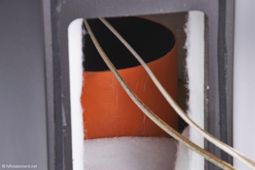 Zingali verwendet ein extrem kurzes Bassreflexrohr mit einem riesigen Durchmesser, das auf den Boden abstrahlt