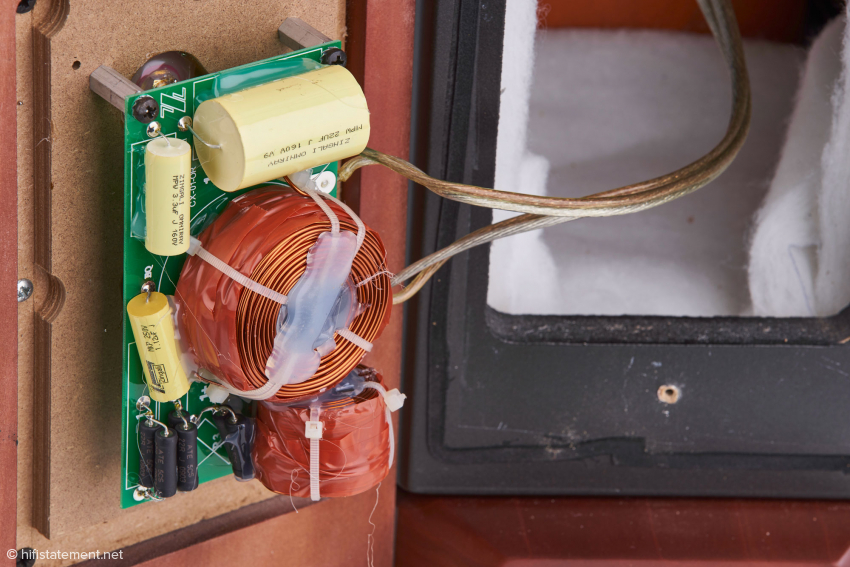 Hochwertige, für Zingali gefertigte Weichenbauteile mit Polypropylen-Kondensatoren und eng tolerierten Widerständen