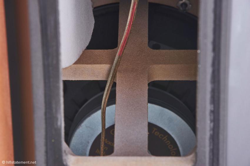 Blick auf eine horizontal angeordnete Gehäuse Verstrebung und den mächtigen Magneten des Bass-Lautsprechers aus dem Profibereich