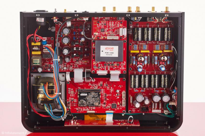 Der S-10 von innen. Der modulare Aufbau ist gut zu erkennen: links das Netzteil, rechts die analoge Röhrenverstärkerstufe, in der Mitte unten das Streaming–Modul und darüber das DSD-Konvertierungsmodul