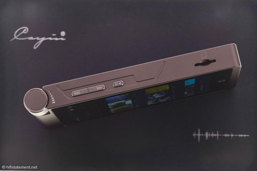 Links das Rad zu Lautstärkeregelung, dann die Tasten fürs Abspielen der Titel und schließlich der Schlitz für die Micro-SD-Card