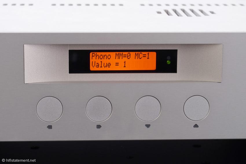 Über das Menü wird neben vielen anderen Optionen auch die Phono-Verstärkung programmiert