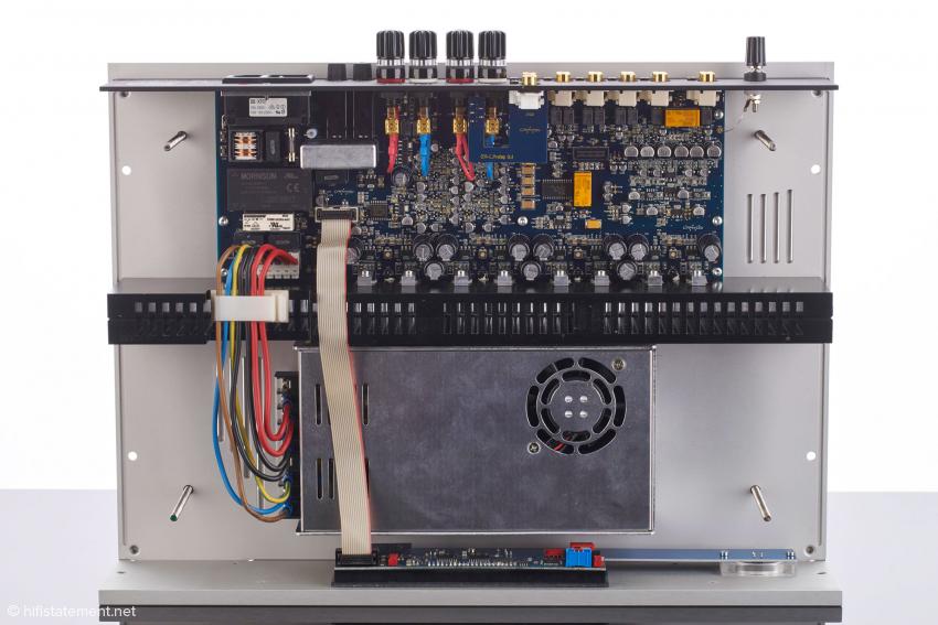 Dies bekomm man zu sehen, wenn man ohne Benutzung von Werkzeug das Gehäuse öffnet. Im unteren Teil des Bildes befindet sich das Schalt-Netzteil-Modul