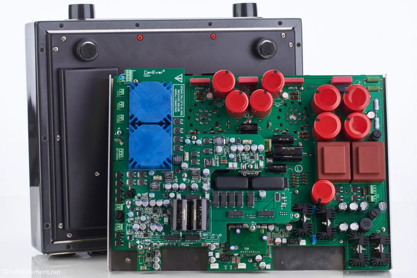 Unteres Board mit der Röhrenausgangsstufe und dem dazugehörigen Netzteil sowie die Wandler-Einheit und das darüber montierte Board für den Analogteil