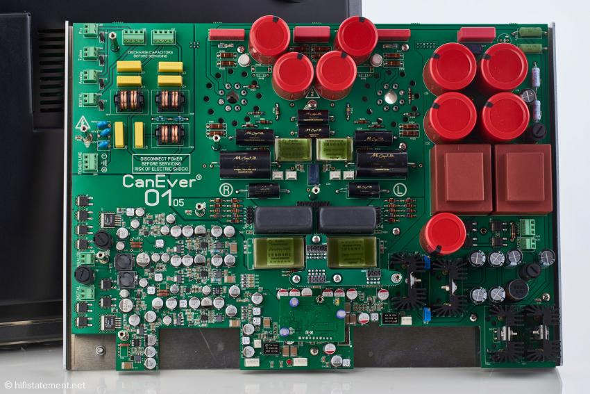 Das untere Board im Detail: links oben Netzfilter, darunter das diskret aufgebaute Ultra-Low-Noise Netzteil, rechts das Netzteil für die Röhrenausgangsstufe und in der Mitte die Röhrenausgangsstufe