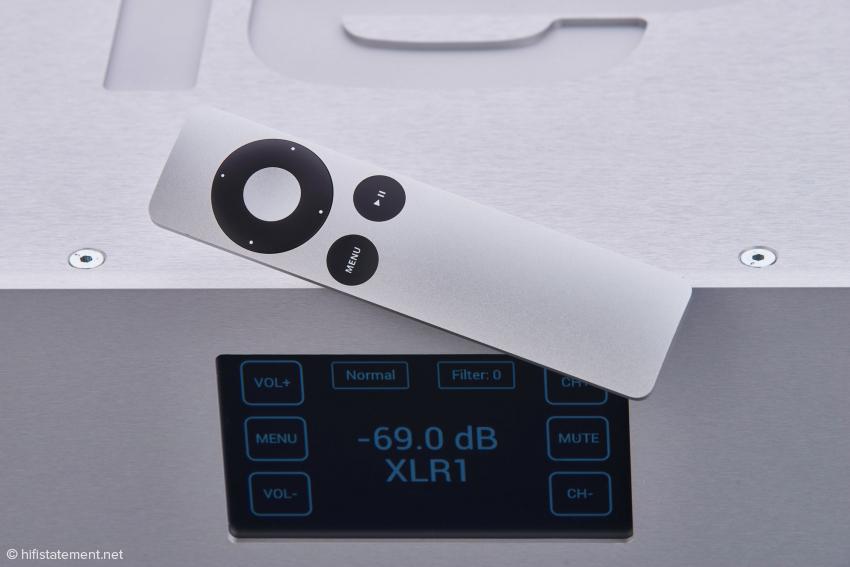 Großes TFT-Display mit einem sehr übersichtlichem Menü, das auch mit der hier gezeigten Apple Remote oder wahlweise über die eigene Phison-Fernbedienung bedient wird