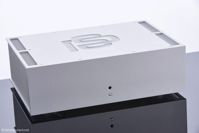 So müssen moderne Endstufen aussehen: Elegante Integration der Kühlkörper und ein tief eingraviertes Logo