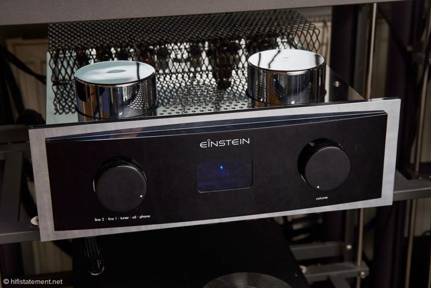 The Preamp im Artesania-Audio-Exoteryc-Rack, das trotz Platzierung der Netzbuchse vorne im Gehäuseboden die Verwendung von wenig flexiblen Netzkabeln ermöglicht