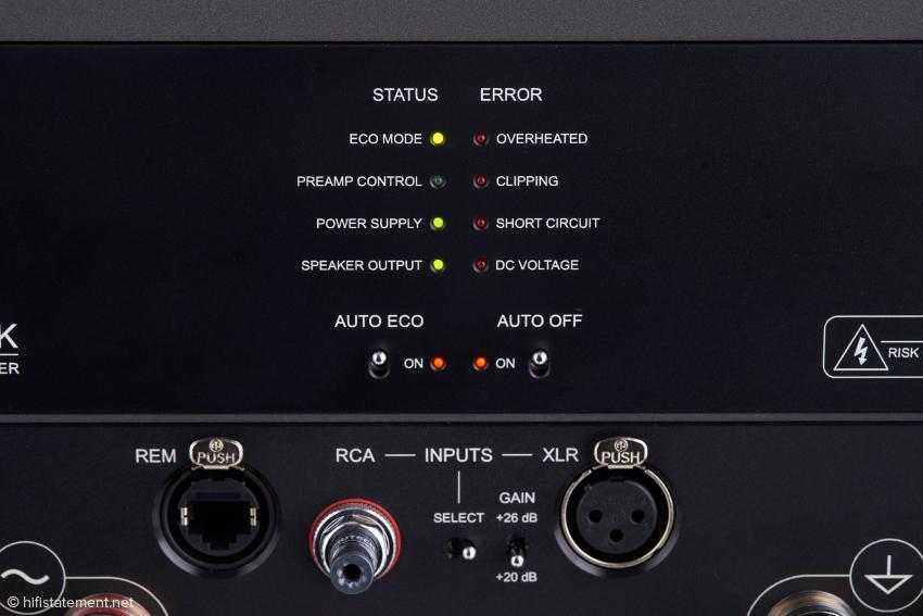 Die BlockAudio besitzt eine Empfindlichkeitsumschaltung und kann im Class-A- und im Eco-Mode betrieben werden. Fehlermeldungen werden am Gerät aber auch im Display der hauseigenen Vorstufe angezeigt, wenn beide mit einem CAT-Kabel verbunden sind