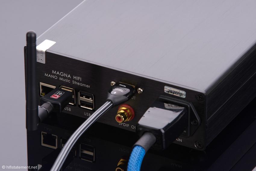 Das HDMI-Kabel von Audioquest für den I²S-Anschluss und das optionale blaue Netzkabel sind Bestandteil unseres Tests aber nicht zwingend erforderlich