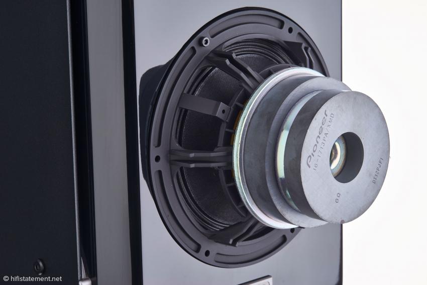16 -Zentimeter-Tieftöner mit neuer Magneteinheit und einer Membran aus Aramid-Fasern und nicht-gewebten Material aus dem Profibereich von Pioneer